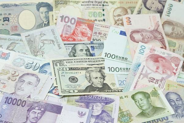 ドル、円、ユーロ、人民元など様々な国の紙幣が置かれています。