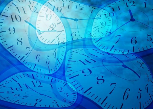 歪んだ時計の画像