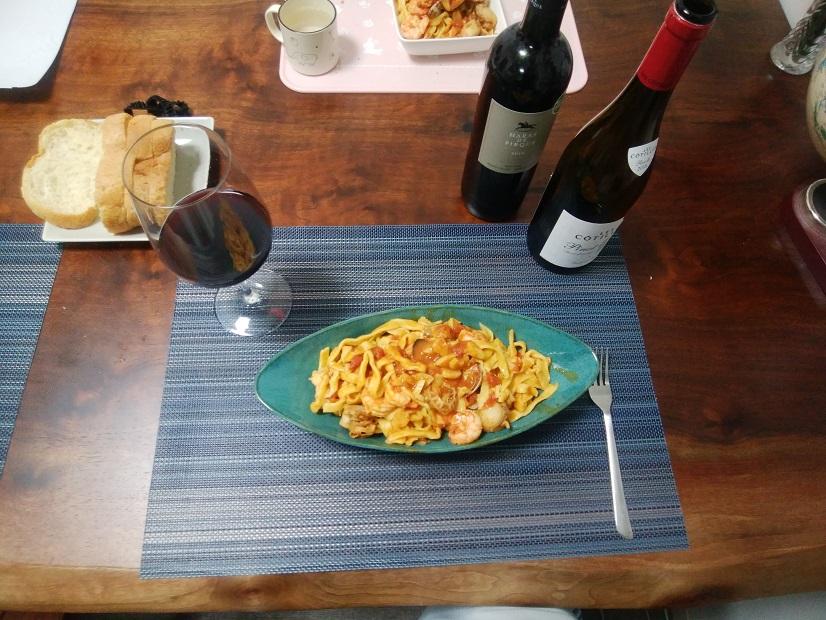 ペスカトーレとワインが食卓に並んでる